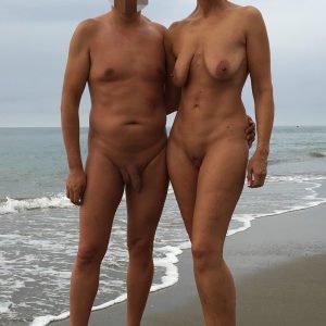 Wir sind ein zeigefreudiges Paar und FKK Liebhaber. Stehen auf abwechslungsreichen Sex und probieren gerne aus. Virtueller Sex gibt uns nicht viel, wir lieben es real, zu ungewöhnlicher Zeit an ungewöhnlichen Orten. Foto und Videoaufnahmen machen wir ebenfalls sehr gerne.